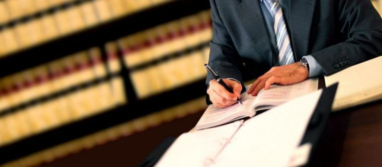 Εξετάζεται να δοθεί το επίδομα των 800 ευρώ σε γιατρούς, δικηγόρους, μηχανικούς | tovima.gr