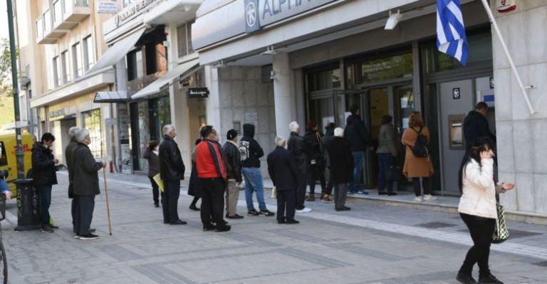 Ουρές έξω από τις τράπεζες – Αψηφούν τις οδηγίες αποφυγής συνωστισμού   tovima.gr