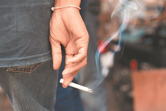 Ευάλωτοι στον ιό οι καπνιστές | tovima.gr