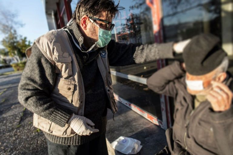 Κορωνοϊός: Πρέπει να φοράμε μάσκα, δηλώνει η καθηγήτρια Επιδημιολογίας Αθηνά Λινού | tovima.gr