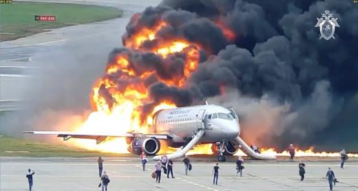 Η στιγμή που αεροσκάφος τυλίγεται στις φλόγες στον διάδρομο προσγείωσης   tovima.gr