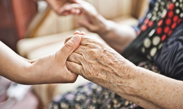 Θα ήταν φιλελεύθερο μέτρο ο περιορισμός των ηλικιωμένων; | tovima.gr