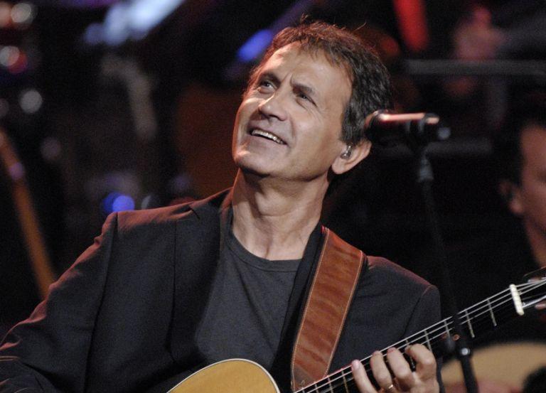 Μένουμε σπίτι: Ο Γιώργος Νταλάρας με τραγούδια Θεοδωράκη και Τσιτσάνη στο MEGA | tovima.gr