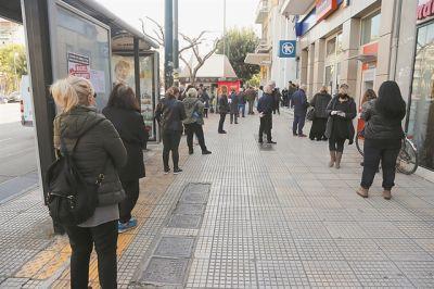 Ποιοι περιμένουν στις ουρές έξω από τις τράπεζες   tovima.gr
