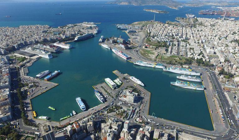 Πειραιάς: ΙΧ έπεσε στο λιμάνι με έναν 22χρονο και μια 18χρονη | tovima.gr