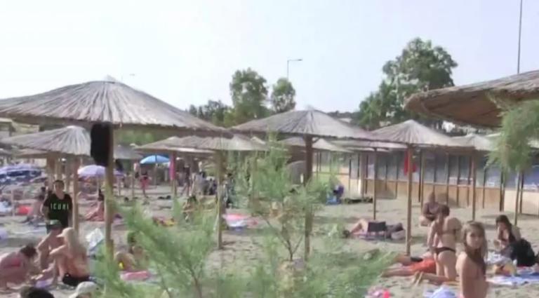 Σαρωνικός: Λειτουργία beach bar χωρίς άδεια και μέτρα καταγγέλλει ο δήμαρχος | tovima.gr