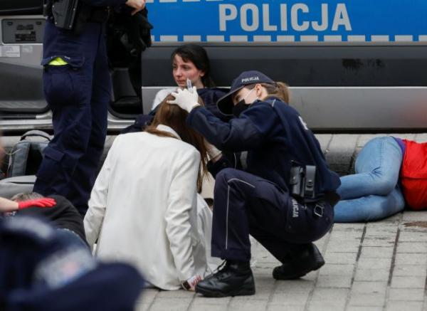 Πολωνία: Αστυνομική βία σε διαδηλωτές που ζητούν επαναλειτουργία επιχειρήσεων | tovima.gr