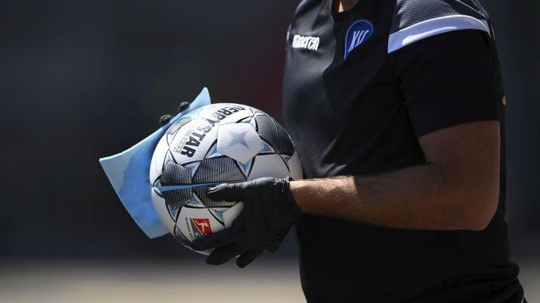 Γερμανία : Οι διαιτητές στο Καρλσρούη-Ντάρμσταντ χαιρετήθηκαν με τα πόδια | tovima.gr