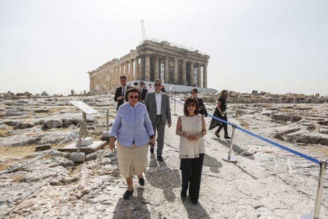 Άνοιξαν οι αρχαιολογικοί χώροι: Επίσκεψη της Κατερίνας Σακελλαροπούλου στην Ακρόπολη   tovima.gr