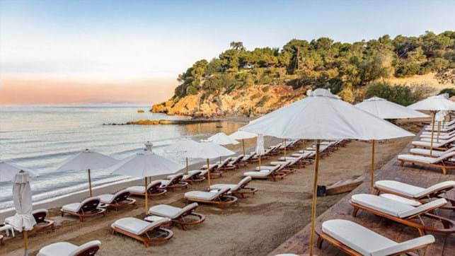 Περισσότερος χώρος στις παραλίες για ομπρέλες και ξαπλώστρες | tovima.gr