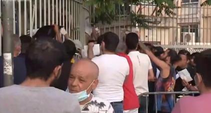 Απίστευτος συνωστισμός για δεύτερη μέρα στην Υπηρεσία Ασύλου | tovima.gr
