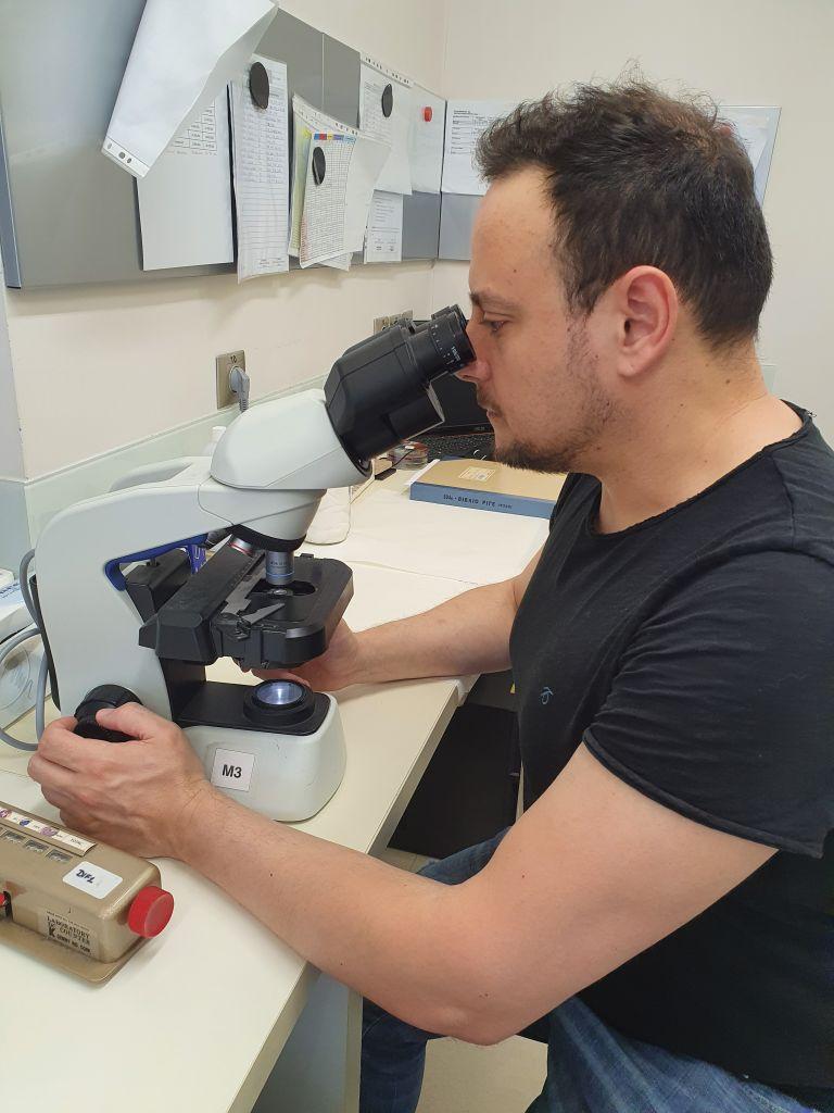 Γκίκας Μαγιορκίνης: Ο πυλωρός της έρευνας γονιδιωμάτων πασχόντων της πανδημίας   tovima.gr