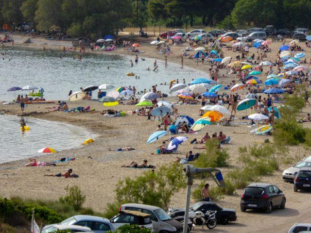 Νέα κοσμοσυρροή στις παραλίες της Αττικής | tovima.gr