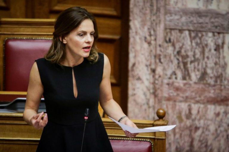 Αχτσιόγλου: «Ο κ. Βρούτσης μειώνει 20% τους μισθούς όσων «τυχερών» δεν απολυθούν» | tovima.gr