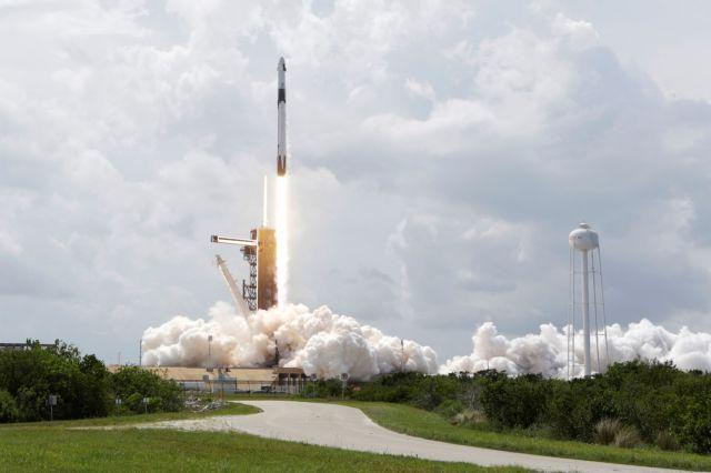 Ιστορική στιγμή: Οι αστροναύτες της NASA έφτασαν στον Διεθνή Διαστημικό Σταθμό | tovima.gr