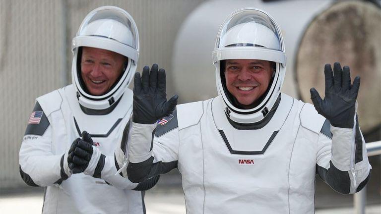 Με AC/DC και Black Sabbath ξεκίνησαν το ταξίδι τους οι αστροναύτες του SpaceX | tovima.gr