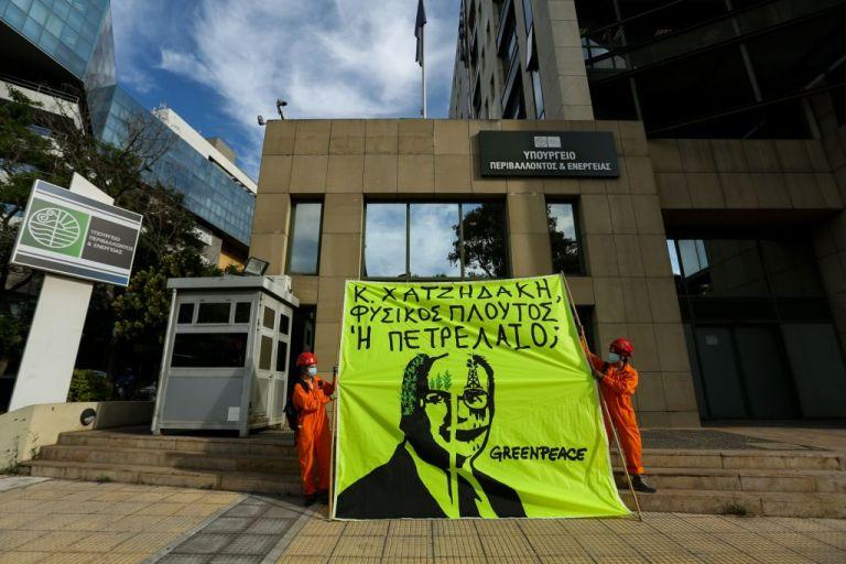 Greenpeace: Προσαγωγές ακτιβιστών που διαμαρτύρονται για το νέο περιβαλλοντικό νόμο | tovima.gr