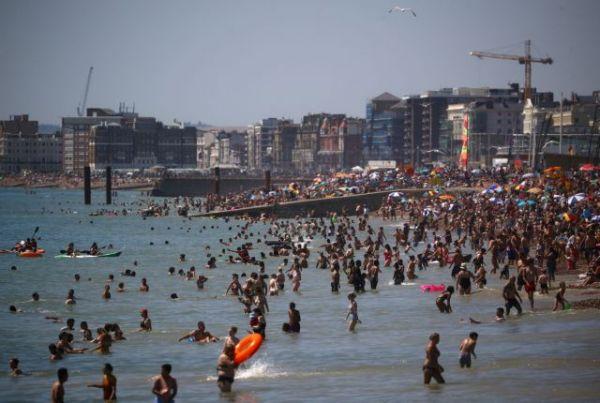 Το αδιαχώρητο στις βρετανικές παραλίες | tovima.gr