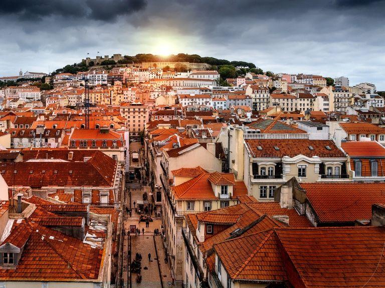 Σε νέα καραντίνα 19 συνοικίες στα προάστια της Λισαβόνας   tovima.gr