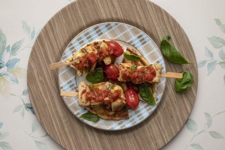 Σουβλάκι κοτόπουλο με σάλτσα ντομάτας | tovima.gr