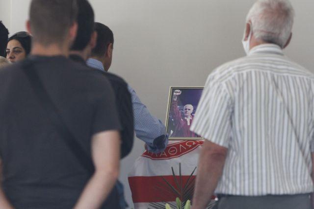 Νίκος Αλέφαντος : Σε λαϊκό προσκύνημα η σορός του – Με σημαία του Ολυμπιακού το φέρετρο | tovima.gr