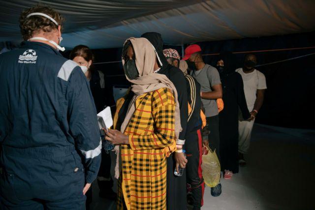 Σε καραντίνα δυο εβδομάδων οι 180 πρόσφυγες του Ocean Viking – Θα μεταφερθούν στο πλωτό κέντρο Moby Zazà | tovima.gr