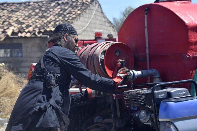 Με τα ράσα… στη μάχη με τις φλόγες | tovima.gr