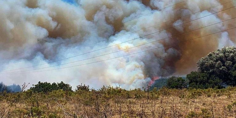 Μαίνεται ανεξέλεγκτη η πυρκαγιά στους Ραπταίους – Εκκενώθηκε οικισμός | tovima.gr