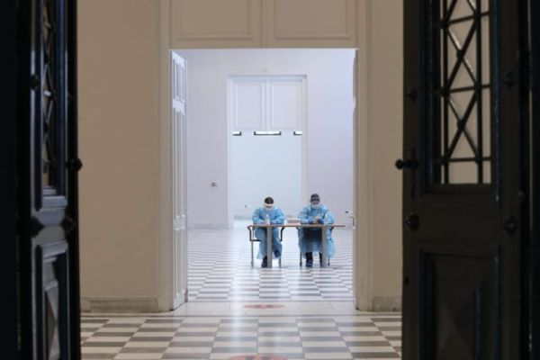 Κορωνοϊός: «Plan B» στο τραπέζι μετά την αύξηση κρουσμάτων – Τα μέτρα που εξετάζονται   tovima.gr