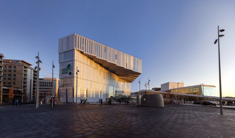 Μέσα στη νέα βιβλιοθήκη Deichman Bjørvika στη Νορβηγία