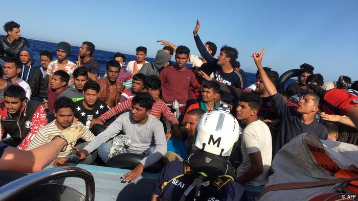 Εκατοντάδες πρόσφυγες στη Λαμπεντούζα | tovima.gr