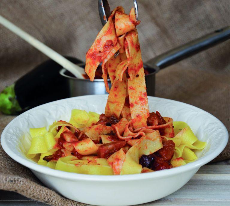 Παπαρδέλες με σάλτσα μελιτζάνας και ελιές | tovima.gr