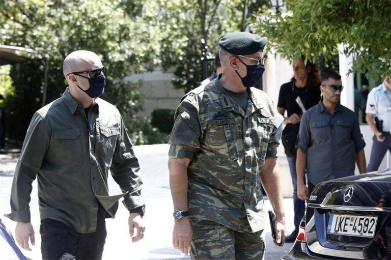 Ενα «βατράχι» με στολή παραλλαγής στο Μαξίμου | tovima.gr