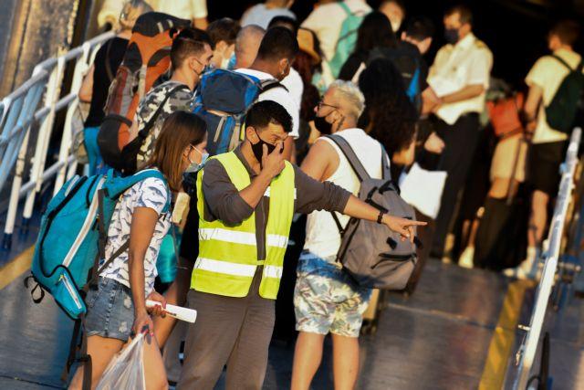 Ουρές στο λιμάνι της Ραφήνας – Δεκάδες πιστοί αναχωρούν για Τήνο | tovima.gr
