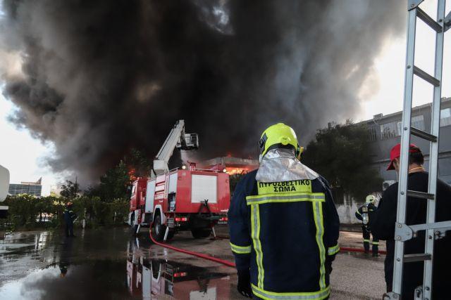 Μαίνεται η φωτιά στη Μεταμόρφωση: Κατέρρευσε μέρος του κτιρίου   tovima.gr