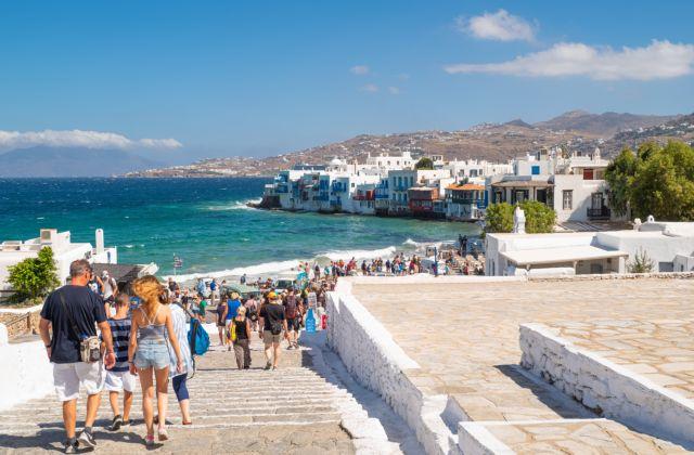 Aντιδράσεις για τα νέα περιοριστικά μέτρα σε Χαλκιδική και Μύκονο | tovima.gr