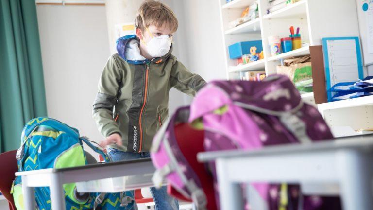 Σχολεία: Ανοίγουν με δωρεάν μάσκες, αντισηπτικό και εναλλάξ διαλείμματα | tovima.gr