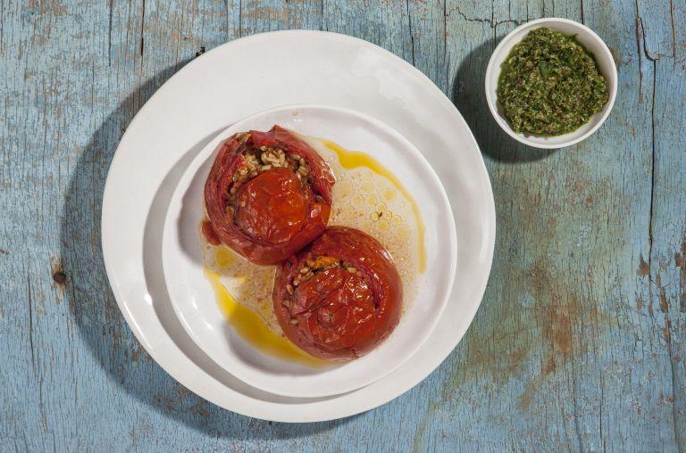 Ντομάτες γεμιστές με σιτάρι και πέστο μπίρας   tovima.gr