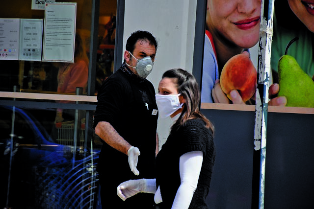 Μάσκα: Σε ποιο βαθμό «μπλοκάρει» τη μετάδοση του κορωνοϊού; | tovima.gr