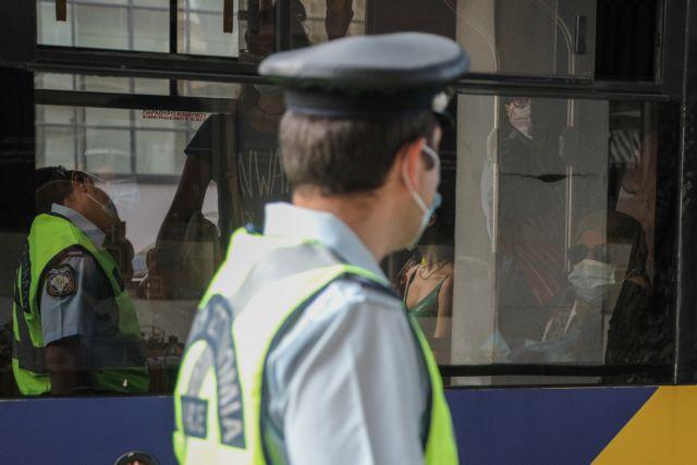 Αποκλειστικό MEGA: Χειροπέδες σε 17χρονο που δεν φορούσε μάσκα σε λεωφορείο   tovima.gr