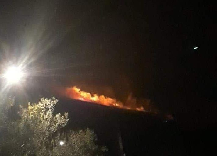 Φωτιά στην Ανάβυσσο : Μεγάλες ζημιές, ανησυχία για αναζωπυρώσεις | tovima.gr
