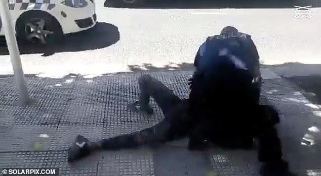 Αστυνομική βία: Πατάει στον λαιμό 14χρονο γιατί δεν φοράει μάσκα   tovima.gr