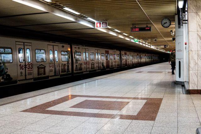 Ερευνα για τον αστυνομικό που κλώτσησε άνδρα με γύψο στο μετρό | tovima.gr