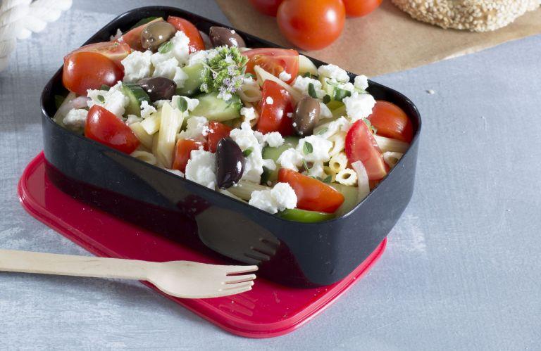 Πένες με χωριάτικη σαλάτα | tovima.gr