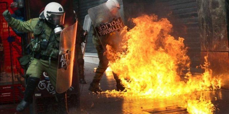Εξάρχεια : Επίθεση με μολότοφ στις αστυνομικές δυνάμεις έξω από τα γραφεία του ΠΑΣΟΚ   tovima.gr