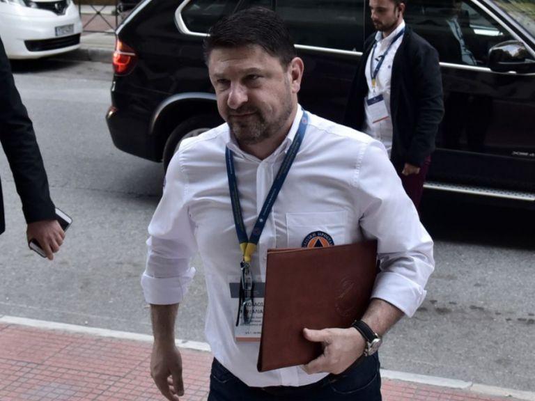 «Φωτιά» πήρε το Twitter για το χειροφίλημα Χαρδαλιά | tovima.gr