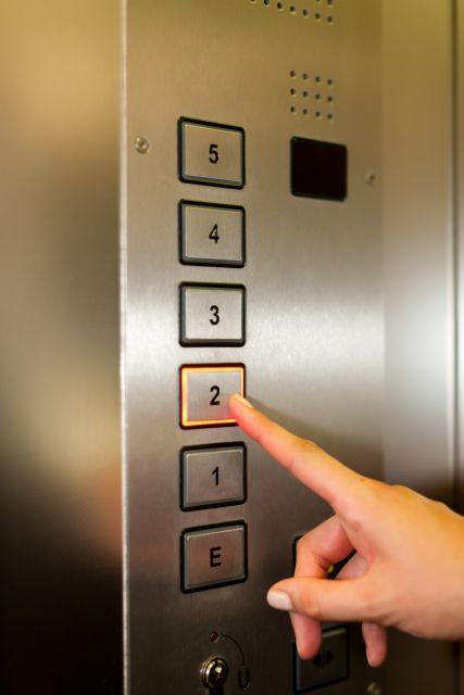 Κορωνοϊός και ασανσέρ: Πόση ώρα μετά είναι ασφαλές αν βήξει ασθενής | tovima.gr