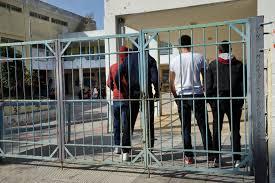 Ενταση και τραυματισμοί σε υπό κατάληψη σχολείο – Στα χέρια μαθητές-γονείς | tovima.gr