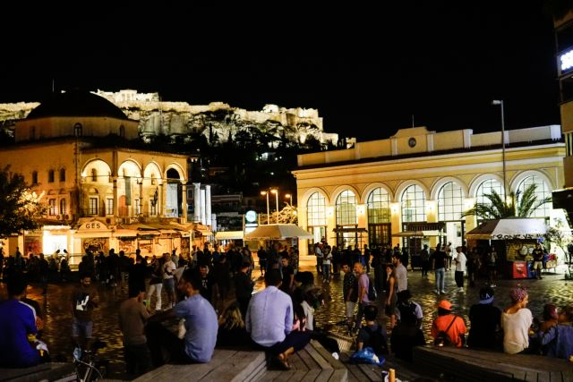 «Βούλιαξαν» από κόσμο οι πλατείες: Παρά τα νέα μέτρα οι αποστάσεις πάνε… περίπατο   tovima.gr