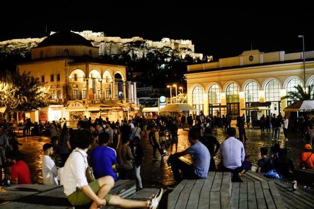 Πάρτι συνωστισμού στις πλατείες, παρά το λουκέτο σε περίπτερα και μίνι μάρκετ τα μεσάνυχτα | tovima.gr